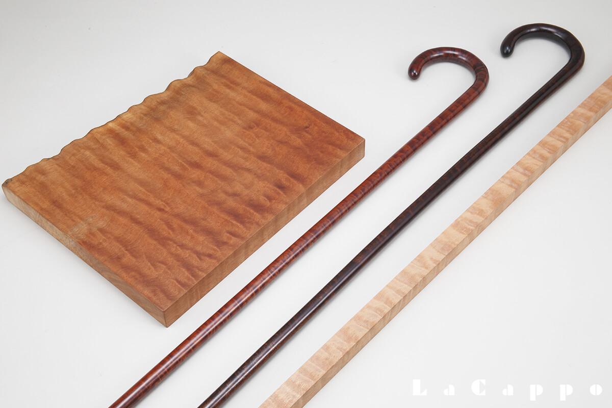 左:良質のサペリ杢が現れている原板・中央:虎目の大曲り2品・右:曲げる前の原板