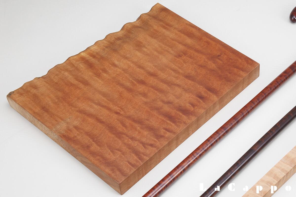 ステッキ製作に適したレッドサペリの赤い色彩の強い良材