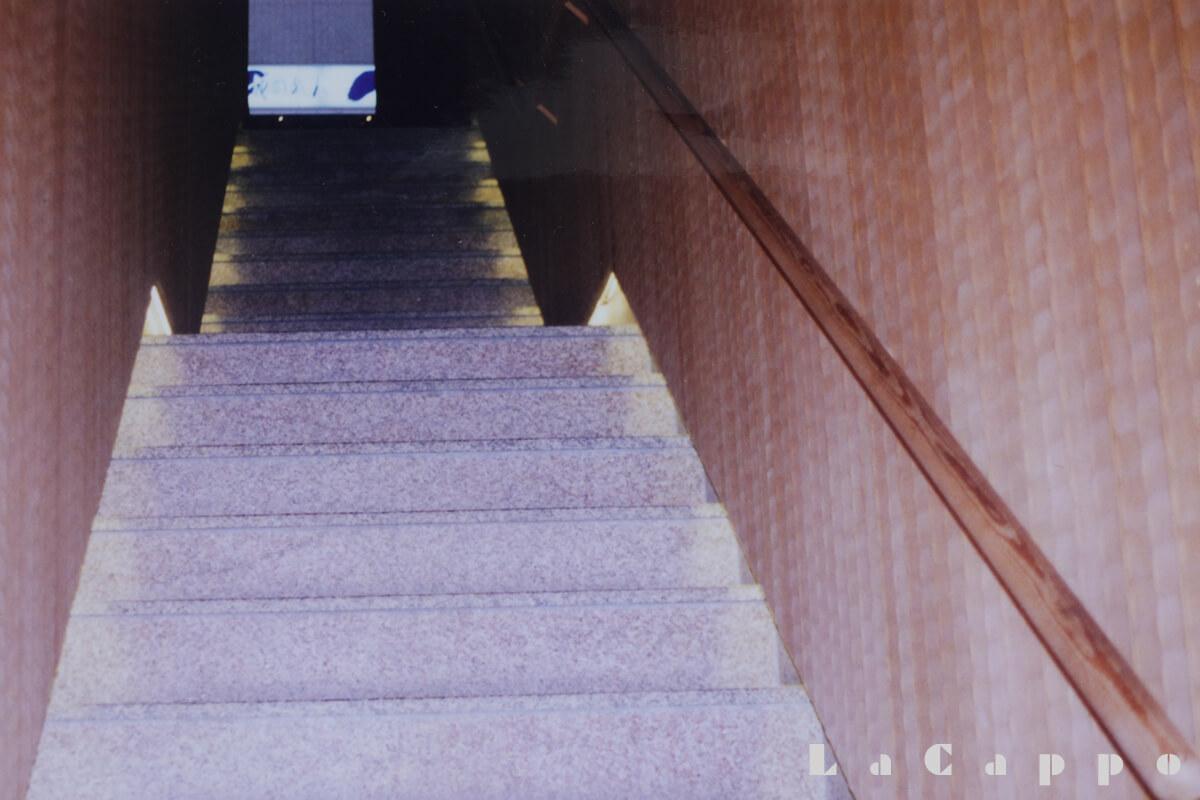 栗板材に、名栗(なぐり)加工を施した壁面・階段部分