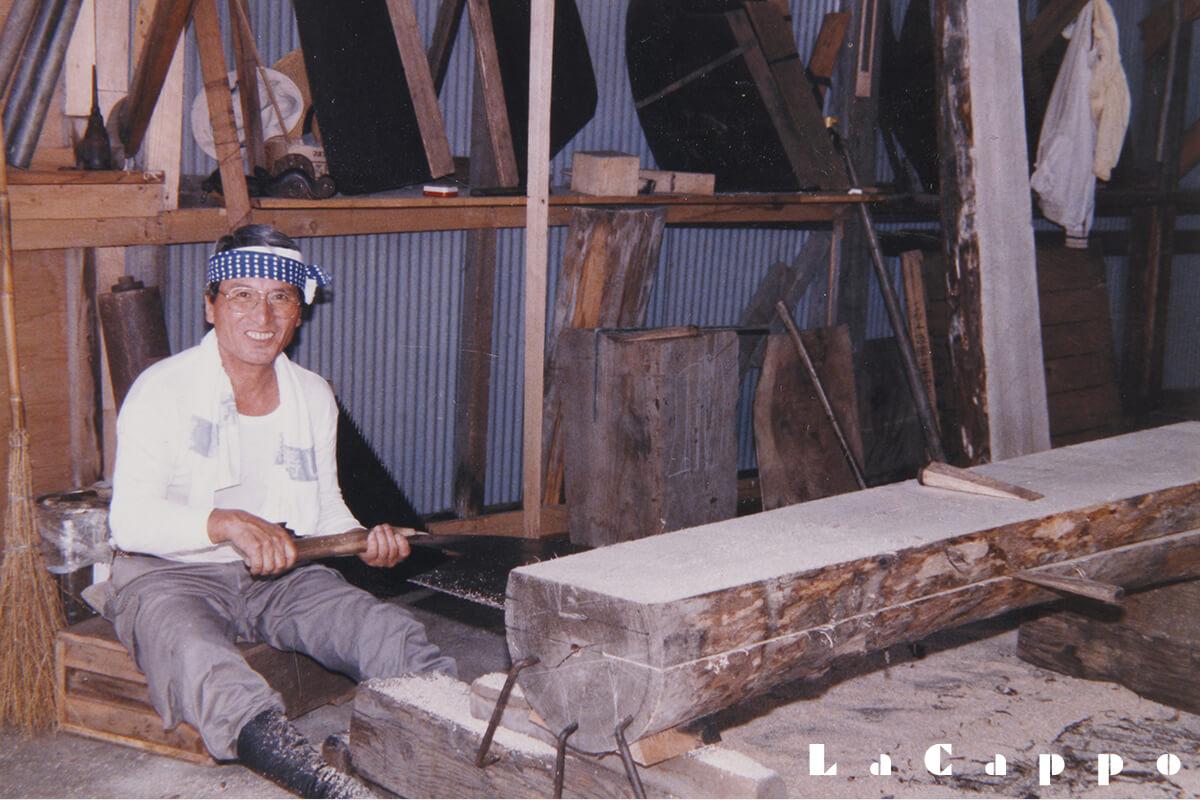 旧江戸川工場で、福島産会津桐を挽いている所(木挽は林以一氏)