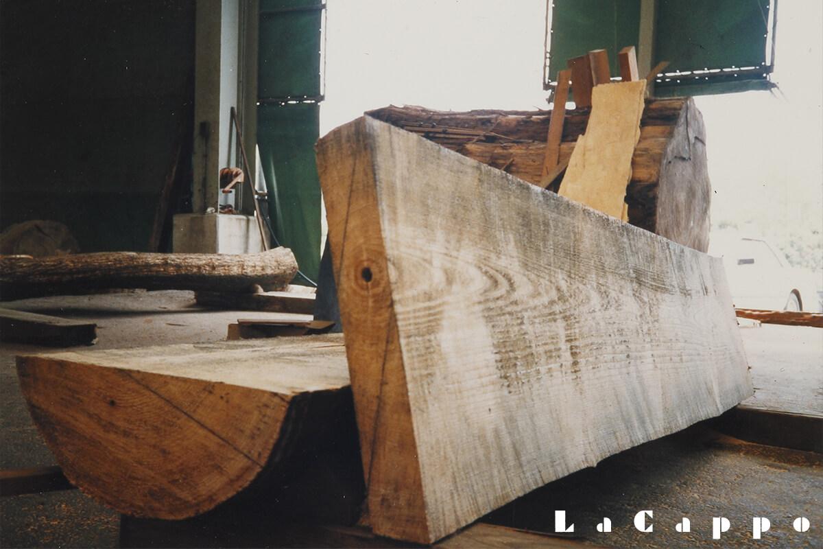 旧江戸川工場で、福島産会津桐を挽いている所