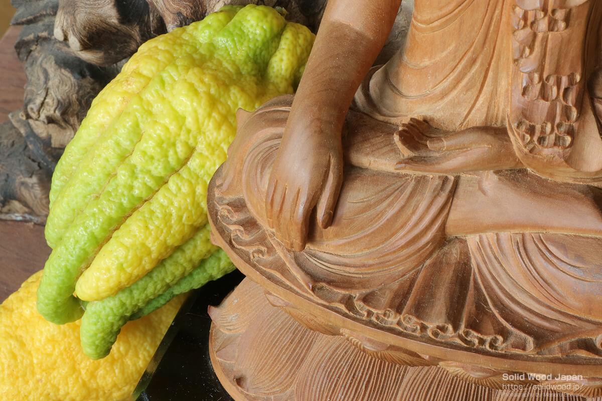 仏手柑(ぶっしゅかん)の実と仏様の手型の比較