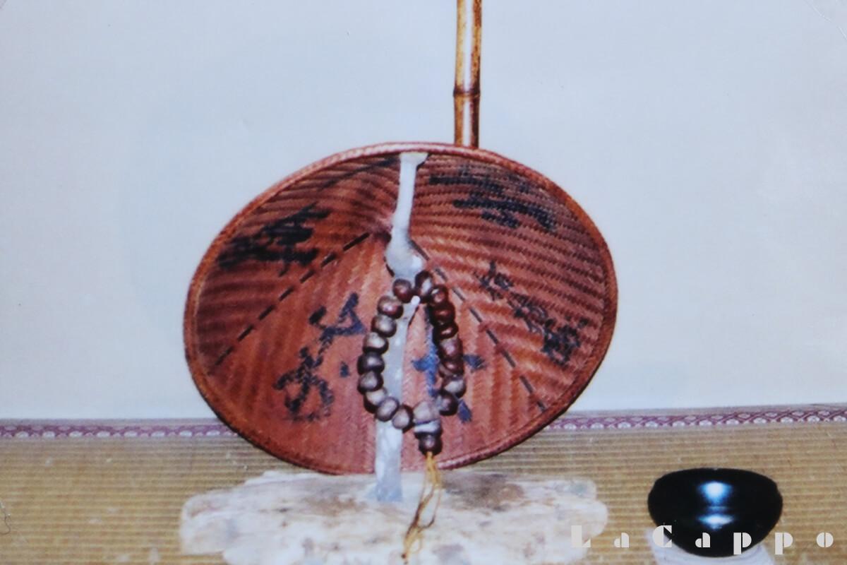禅宗の修行僧が、托鉢(たくはつ)時持つ栃の実の数珠(じゅず)
