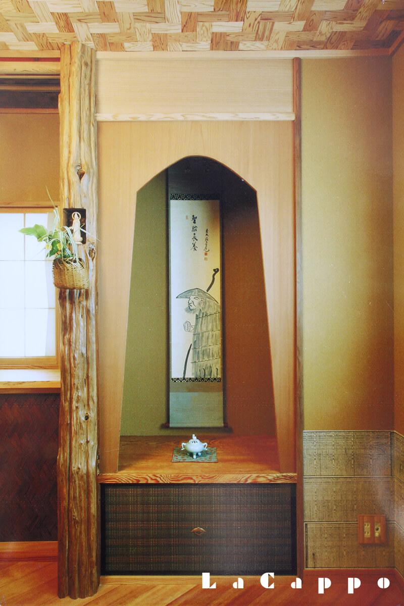 板壁床(いたかべどこ)。天井には、霧島杉網代石畳編み。(都内ビル内立札茶室)