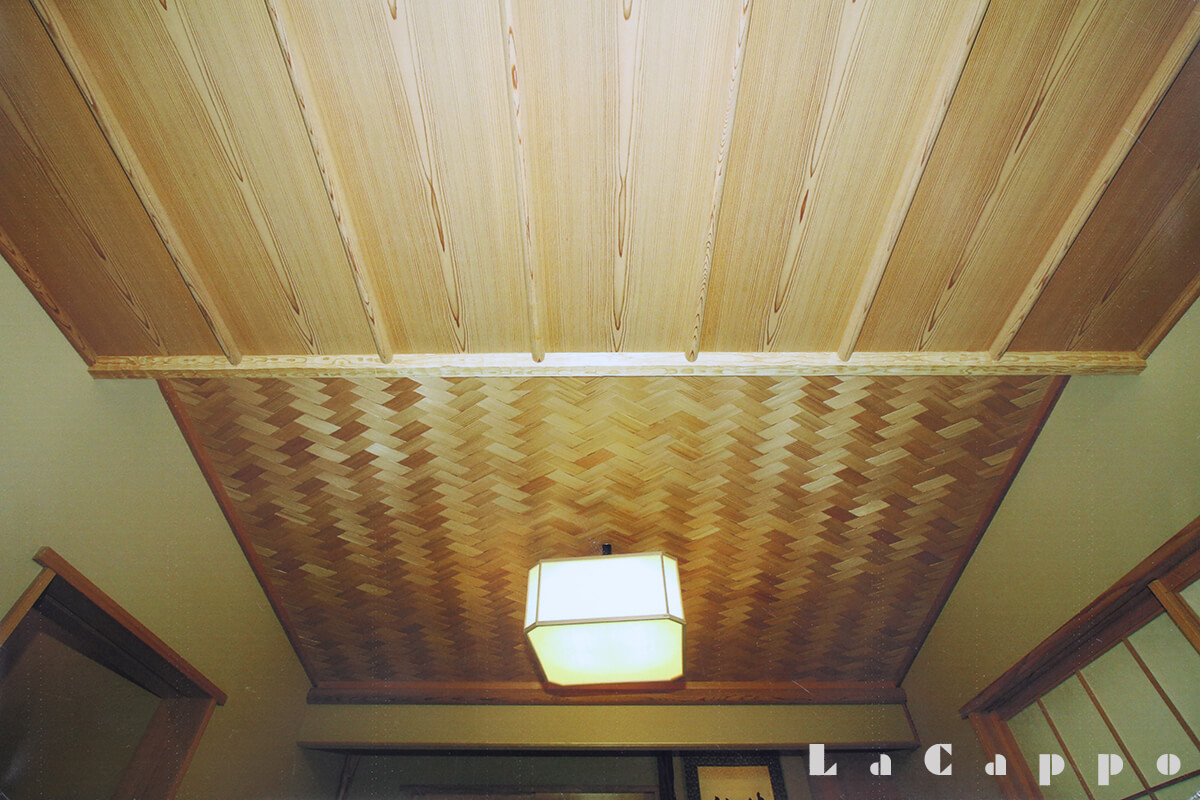 掛け込み天井。丸削り竿縁全て、中杢目(なかもくめ)尽くし。杉柾目網代編みの茶室。