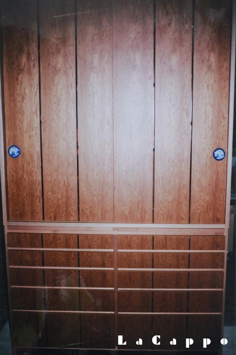 屋久杉。原貼り合板製煤竹(ススタケ)押縁。引手清水焼(山水柄)、茶室水屋脇道具入れ。