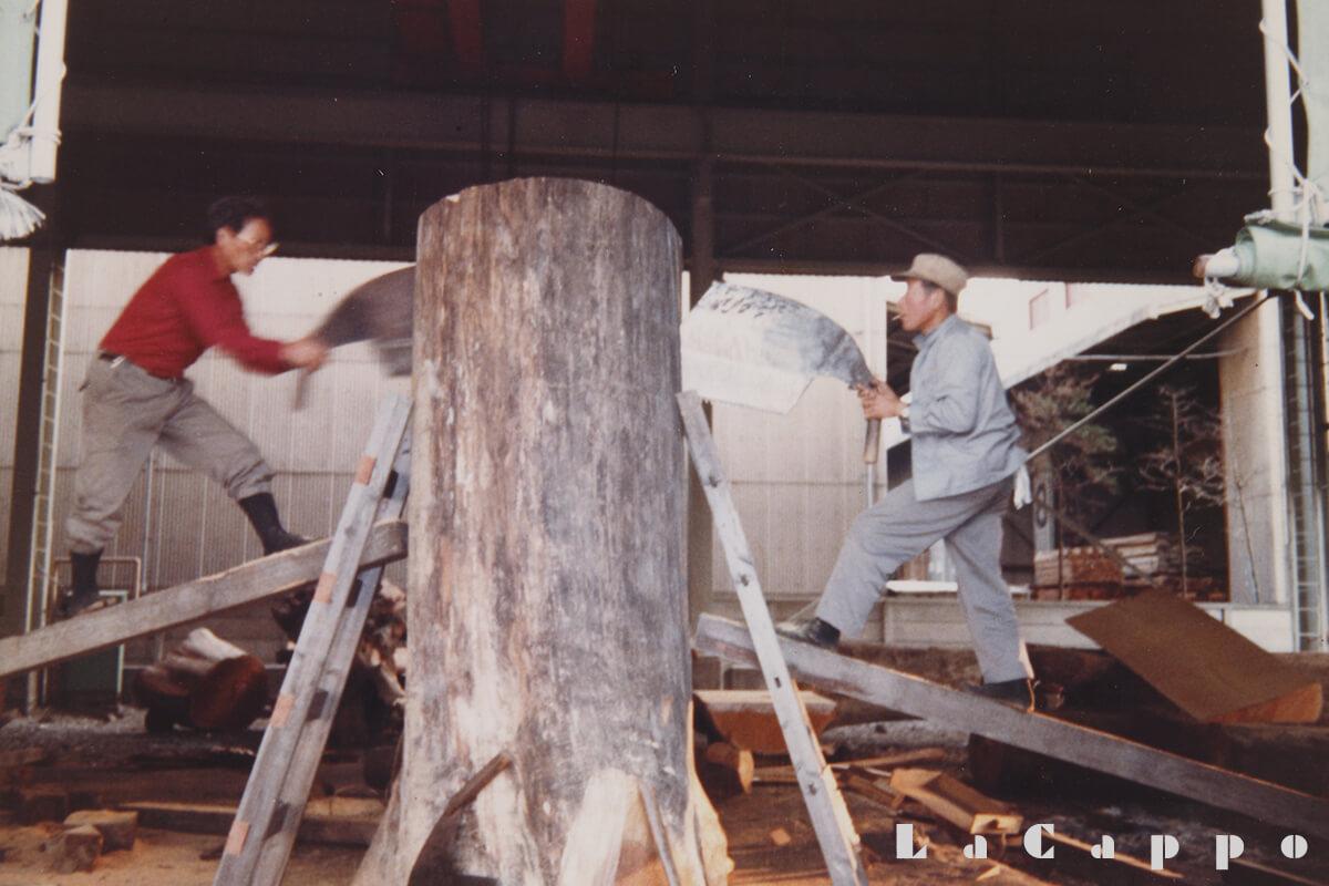 共同で買付した東京都三鷹市の住宅街にあった欅(ケヤキ)(木挽2人による相挽き作業、東京銘木(協)組合土場於)