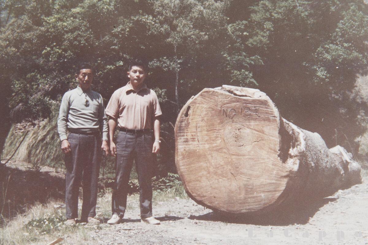 直径竹差し1mは有る立派な材(左が父で右が車の免許を取ったばかりの私(18才の頃)です。)