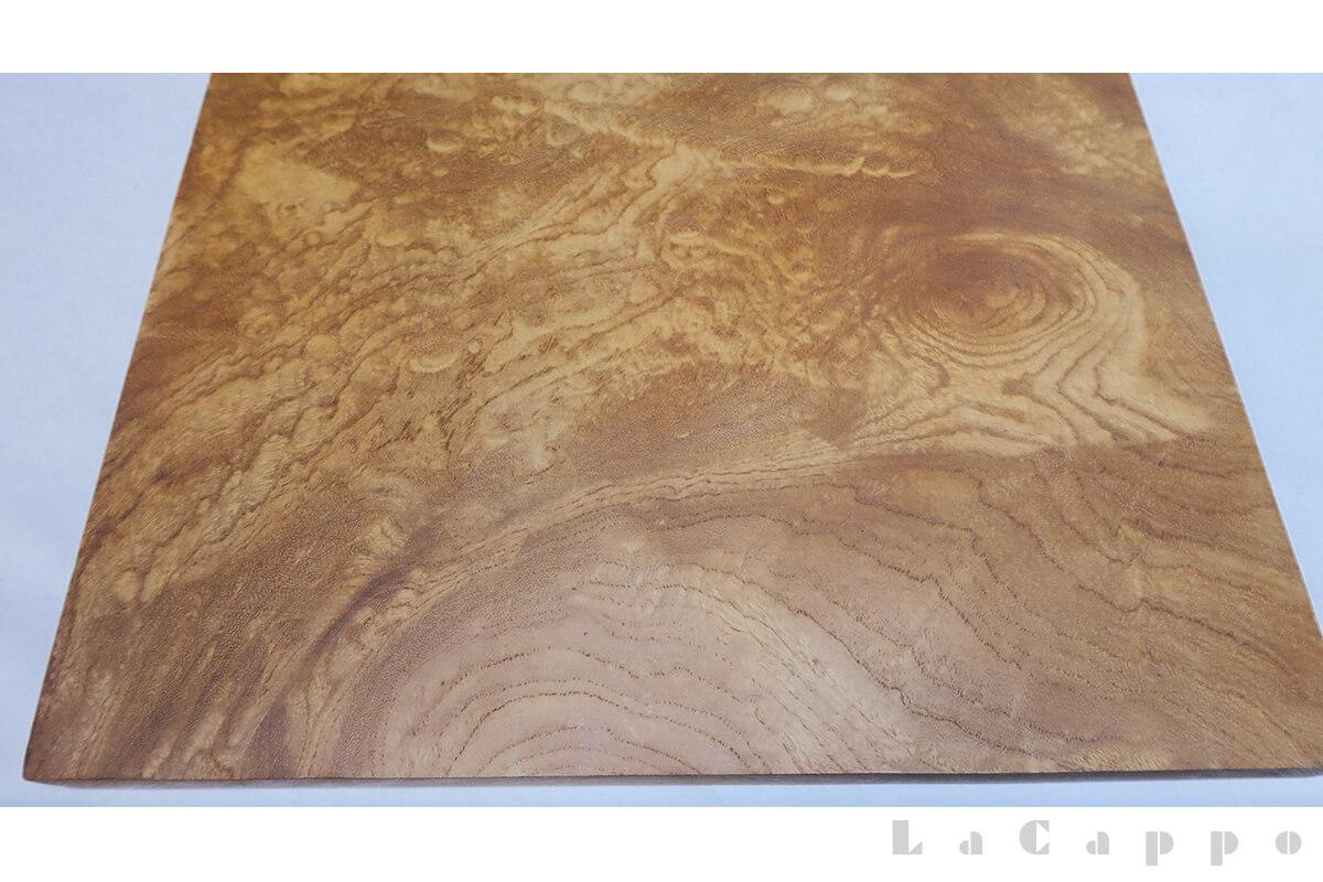 杢が板巾いっぱいにある材からはステッキ曲り品には向きません。