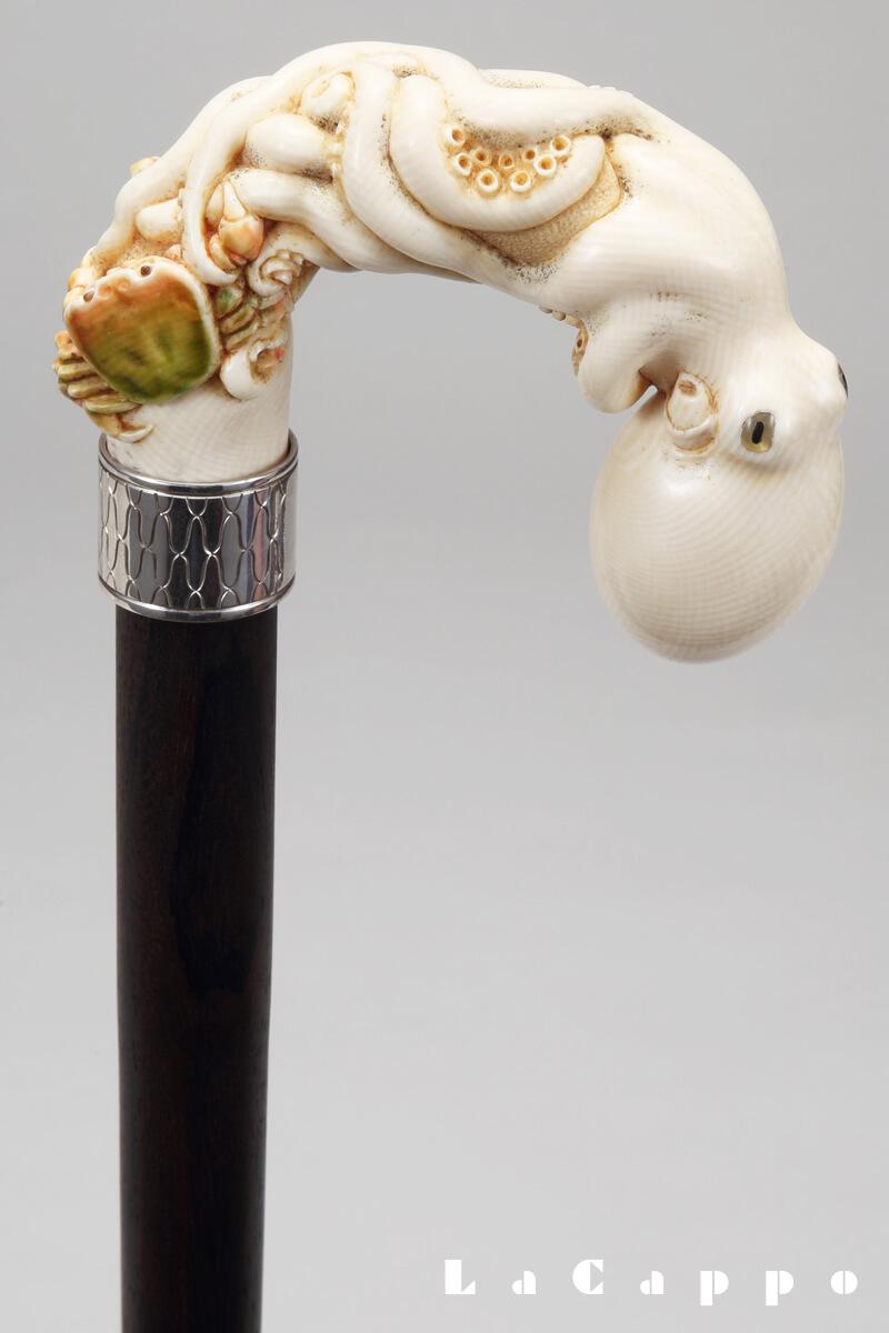 蛸ののけ反り部分が表現されている象牙の大曲り加工品